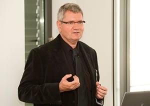 Prof. Dr. Robert Schlögl, Direktor am Fritz-Haber-Institut der Max Planck-Gesellschaft, Geschäftsführender Direktor des Max-Planck-Instituts für Energiekonversion