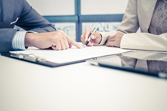 négociation contrat rédiger réunion signature 330x220
