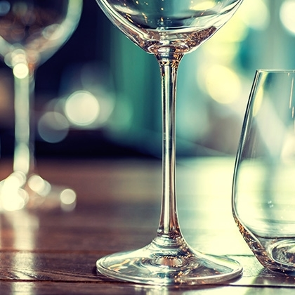 closeup picture of empty glasses in restaurant