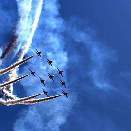 aerobatic team at airshow flying a turn